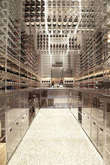 Adega moderna da Butler Armsden Arquitetos. Ambiente exclusivo para garrafas em suportes de vidro e design metálico.