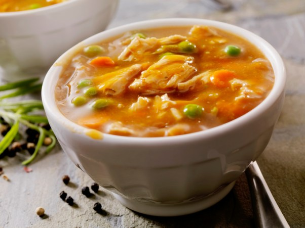 Sopa de legumes e frango em cubos