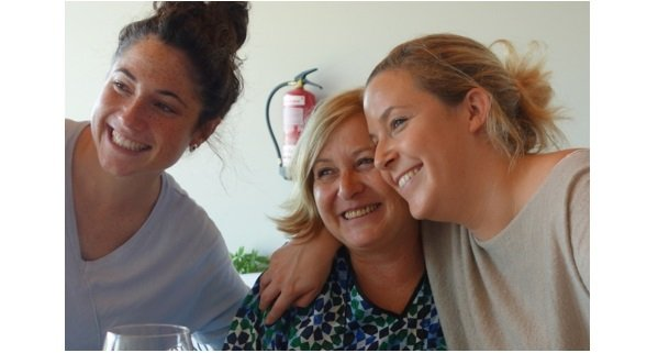 Charo Alegre Ruiz (middle) and her daughters, Jaione (left) and Ainhoa (right) – 3 bubbly ladies who
