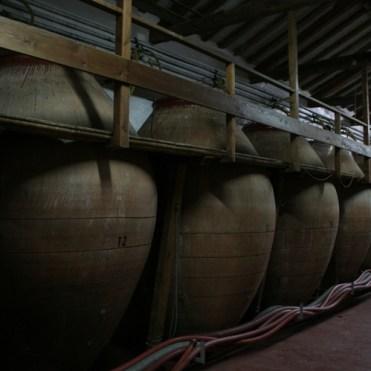 Tinajas de barro en las que todavía se elabora vino.
