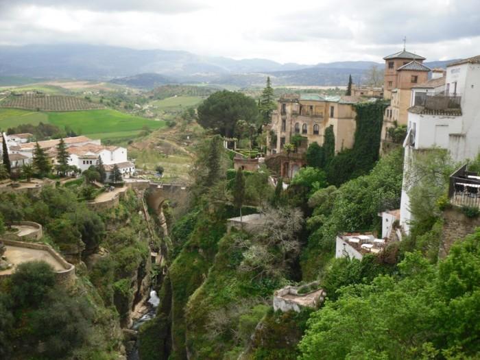 El tajo de Ronda, al fondo la Hoya del Guadalevin.