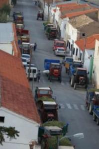 tractores esperando para la descarga al final del día