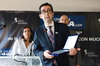 Joaquin Parra recogiendo premio CON a la iniciativa del vino por el Wine Up Tour