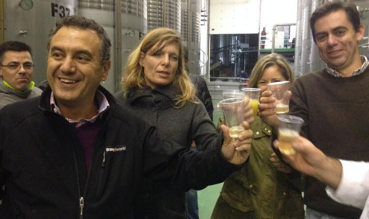 RUEDA Roberto Brasero, Stefanie Muller y Pablo del Villar brindan con mosto en mitad de la Vendimia Nocturna 2014