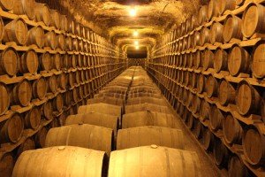 Cueva de envejecimiento de aguardientes de Destilerías Altosa y crianza de vinos de Bodegas Verum