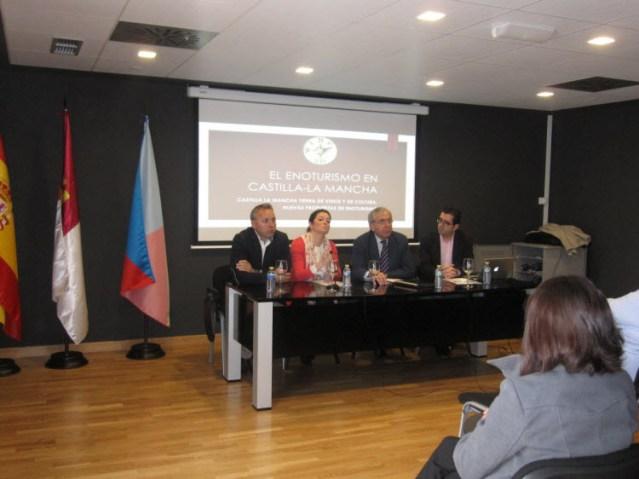 De Izda. a Drcha: Jaime Cano, Marta M. Sánchez, Sebastián García (Excmo. Alcalde de Socuéllamos) y Joaquín Parra, Director de Wine Up Consulting