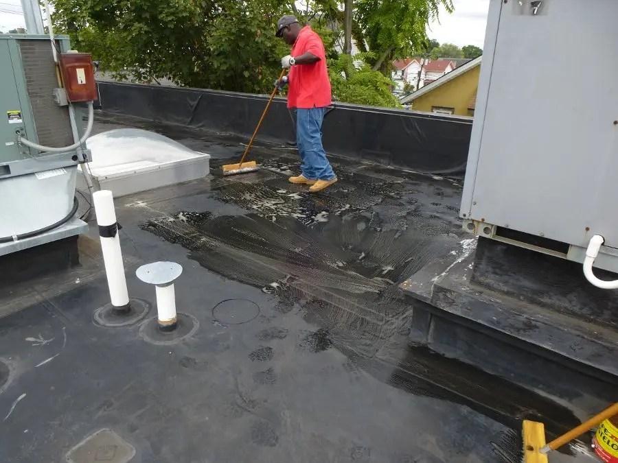làm sạch mái trước khi chống thấm