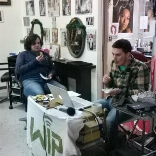 Francesco e Luca che, in regia, approfittano della canzone per fagocitarsi il buffet