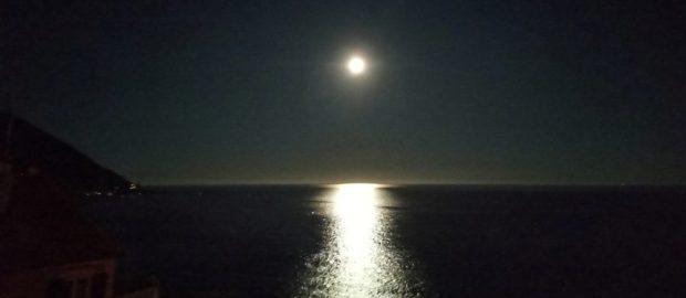 Il bagno in mare di notte