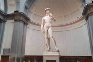 Il David di Michelangelo alla volta di Dubai sotto (ben) riprodotte spoglie