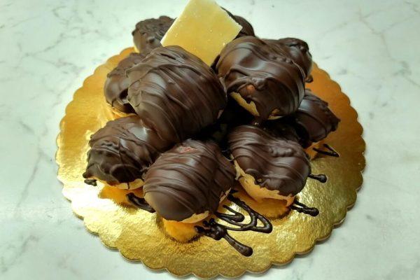 Profiteroles con crema chantilly e cioccolato