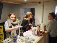 Unsre Neuen am Waffeln und Kaffee machen