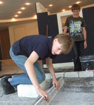 Ferien-Kids in Aktion: Schritt für Schritt zum Mosaik (Garten- und Land-schaftsbau-Workshop)
