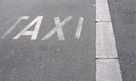 Passant hilft Taxifahrer gegen einen rabiaten Fahrgast