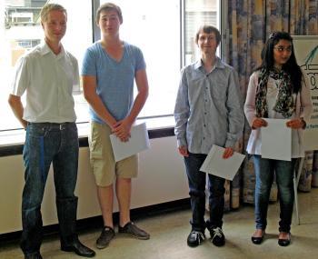 Im Rahmen einer Feierstunde bei der FAW Bingen überreichte Boehringer-Ausbildungsreferent Thomas Gauza den drei frischgebackenen Azubis ihre Ausbildungsverträge