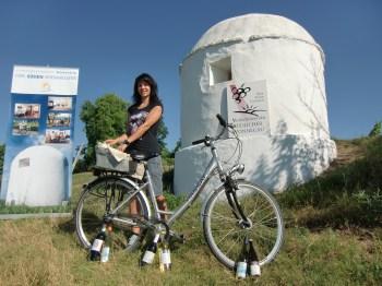Im Beisein eines Hauptdarstellers (Trullo Nummer 19) zieht Verbandsgemeinde-Mitarbeiterin Kathrin Hackenschmidt aus dem überdeckten Fahrradkorb heraus die über 100 glücklichen Gewinnerinnen und Gewinner des Trullo-Radwanderungs-Gewinnspiels 2012.