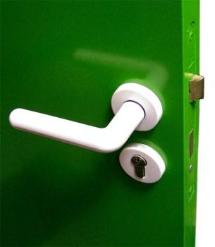 Trickdiebe lenken ab, während ein Täter durch die offene Tür eindringt. (Symbolbild: stock.xchng)