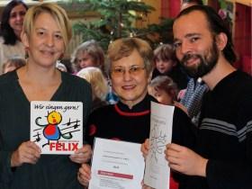 Gerda Müller vom Mainzer Chorverband (Mitte) verleiht Erzieherin Maike Hennings und Vorsitzendem Bernd Oliver Sünderhauf die Auszeichnung FELIX