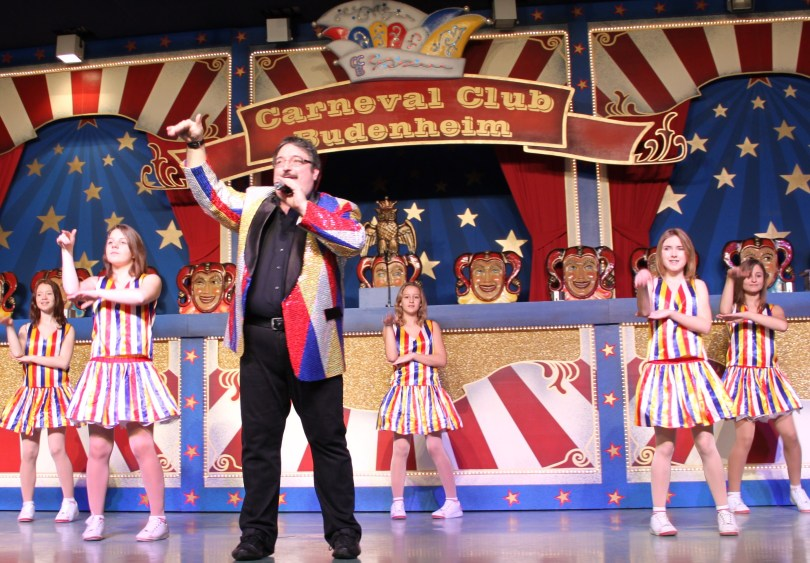 Bereits am ersten Wochenende im neuen Jahr waren Gruppen der LSG -DIE CHAOTE- e.V. fastnachtlich unterwegs, wie hier CHAOTE-Präsident Jeremy D. Frei mit seinem Danceteam.