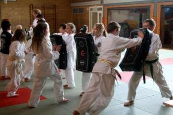 Selbstbehauptung und Selbstverteidigung beim Karate-Sommertraining