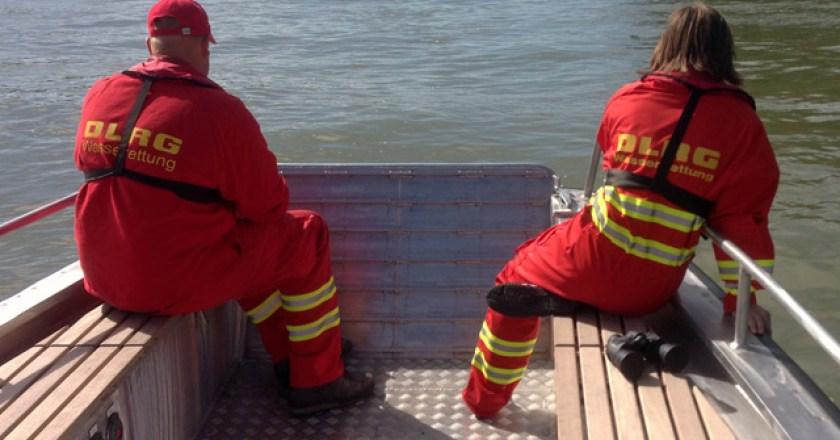 DLRG, Feuerwehr und Polizei suchen vermisste Frau im  Rhein bei Nierstein