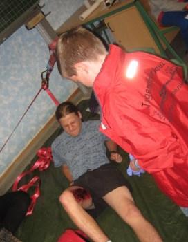 Dominik Trub bei der Versorgung eines von der Slackline gestürzten Sportlers