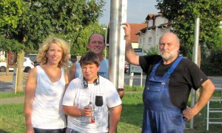 Schilderwald Ade! – FWG Mommenheim spendet Verankerung für neue Banner am Ortseingang