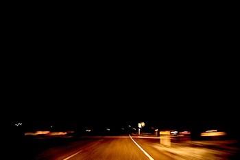Junger man wird nachts von einem Auto überfahren. (Symboldbild: stock:xchng)
