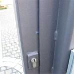 Hier ein Beispiel, wie es aussieht, wenn die Tür von Einbrechern präpariert wurde.