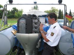 Gravur von Motoren und Boot für mehr Sicherheit