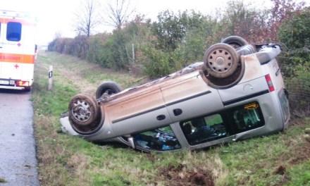 Ein Fahrer niest und zwei Autos überschlagen sich
