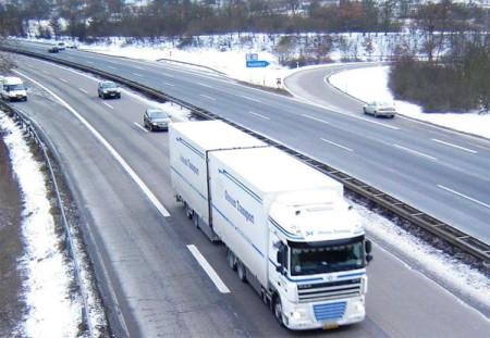 Große Eisplatten aus LKW können zum tödlichen Geschoss werden.