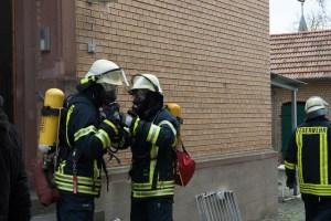 Feuerwehrleute mit Atemschutz.