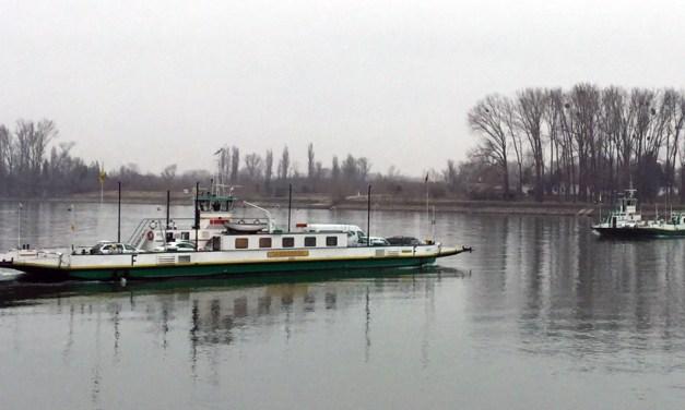 Niersteiner Fähre fährt wegen gesperrter Schiersteiner Brücke im Pendelbetrieb