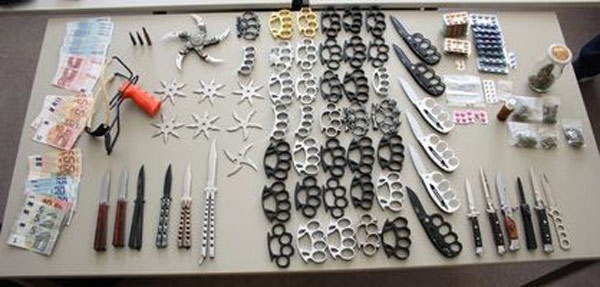 Polizei findet zahlreiche Waffen und Drogen im wert von 1500 Euro