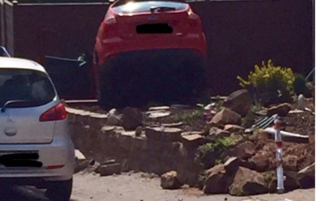 Stell Dir vor Du kommst heim und ein Auto steckt in Deinem Vorgarten – krasser Unfall in Dexheim