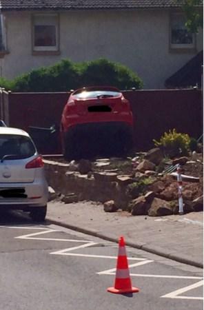 Die Fahrt des roten Wagens endete unsanft in einem Dexheimer Vorgarten.