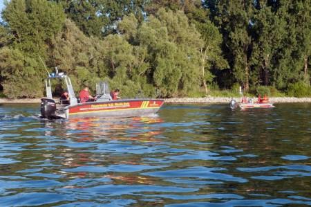 Feuerwehrboote und DLRG-Boote suchten den Rhein ab. (Symbolbild)