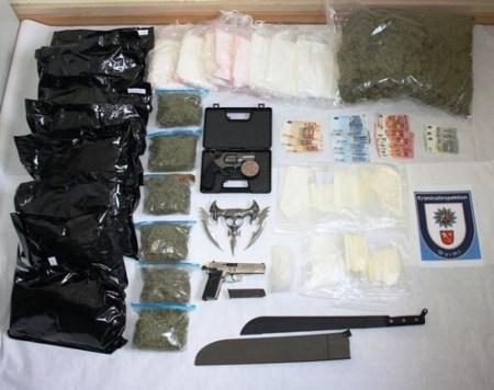 Die bei der Drogenbande sichergestellten Beweise. (Bild: Polizei Worms)