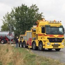 Ein spezieller Abschlepp-LKW wurde zur Begung angefordert und zieht den LKW derzeit aus der Böschung. (Foto: Andreas Lerg)