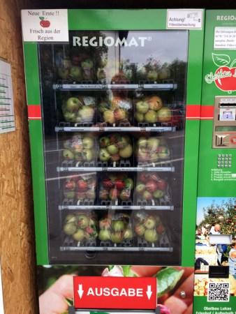 Links gibt es Äpfel verschiedener Sorten.