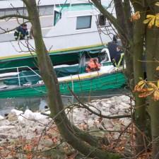 Das Arbeitsboot wurde mit dem Heck unter Wasser gedrückt. (Bild: Andreas Lerg)