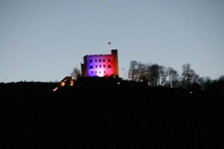 a 2 Und am Ende des Tages konnte man - wie 1832 - die französischen Farben - neben der Deutschen Fahne am Hambacher Schloss sehen