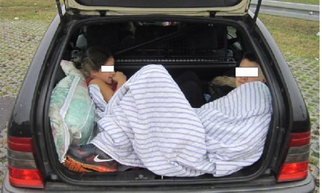 Oh Herr schick Hirn vom Himmel! Fahrer transportiert Kinder im Kofferraum