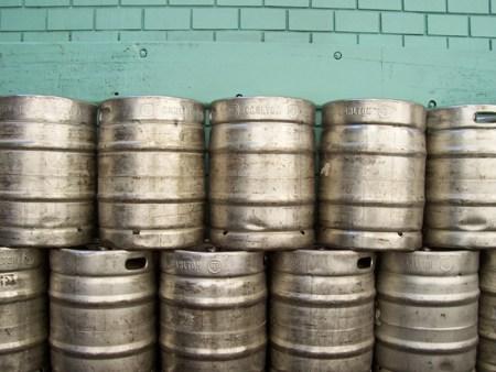 Diebe stehlen 26 Fässer Bier. (Symbolbild: stock:xchng)