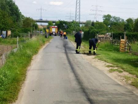 Ein Passant hatte einige größere Ölflecken in der Gemarkung und eine Ölspur auf dem asphaltierten Weg bemerkt. (Bild: Feuerwehr Mainz)