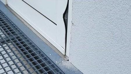 Der Einbrecher scheiterte an der Tür des Feuerwehrgerätehauses in Nierstein und wurde vermutlich auch gestört und verschwand. Die Tür aber ist stark beschädigt und muss ausgetauscht werden. (Bild FFW Nierstein)