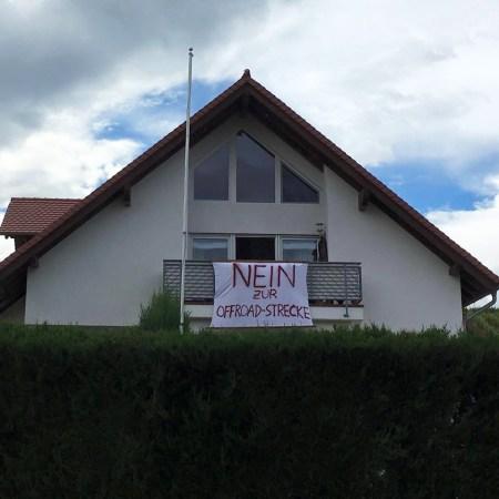 """Protestplakat """"Nein zur Offroad-Strecke"""" (Bild: Wir lieben unsere Region - Nierstein/Schwabsburg, Dexheim, Köngernheim, Opp)"""