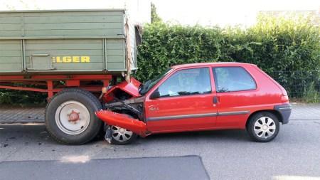 Am PKW entstand wirtschaftlicher Totalschaden. Die hintere Achse sowie die Bremseinrichtung des landwirtschaftlichen Anhängers wurden beschädigt. (Bild: Polizei Worms)