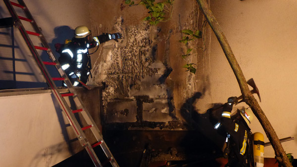 Hoher Sachschaden bei ausgedehntem Garagenvollbrand in Mainz